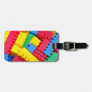 Bloques huecos coloridos etiquetas maletas