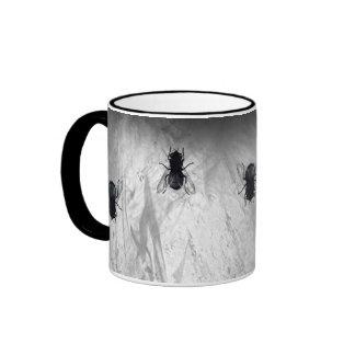 Blowflies en la pared (gris pizarra) taza de café