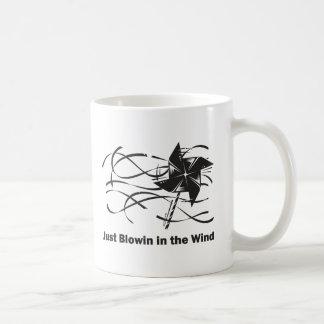 Blowin en el viento taza clásica