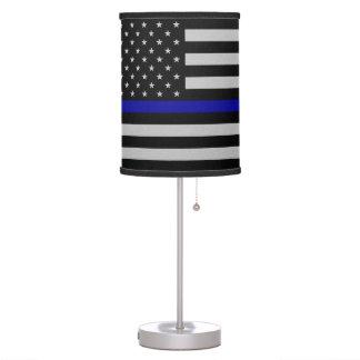 Blue Line fino señala la lámpara de mesa por medio
