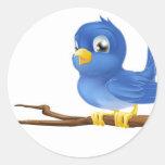 Bluebird en rama de árbol pegatina redonda