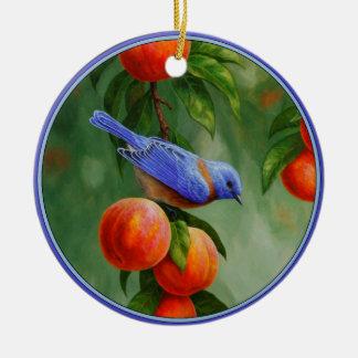 Bluebird occidental y melocotones maduros adorno navideño redondo de cerámica