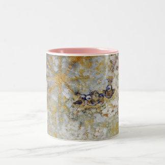 Bluebirds en la taza de café del arte de la nieve