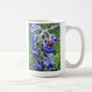 Bluebonnet con la mariquita tazas de café
