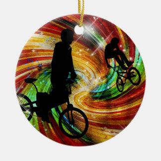 BMXers en remolinos rojos y anaranjados del Grunge Ornamento De Navidad