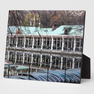 Boathouse del restaurante de Loeb del Central Park Placas