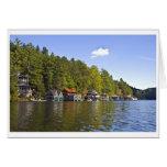 Boathouses en un lago hermoso mountain tarjetón
