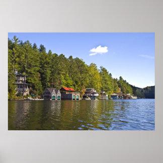 Boathouses en un lago hermoso posters