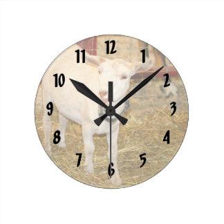 Boca doeling de la cabra de Saanen abierta Reloj De Pared
