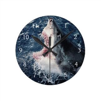 Boca elevada del tiburón abierta reloj redondo mediano
