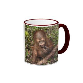 Boca sucia de las empanadas del fango del orangutá taza de café