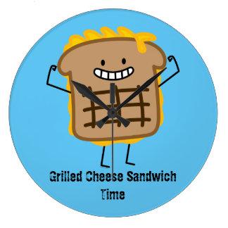 Bocadillo asado a la parrilla feliz del queso reloj redondo grande