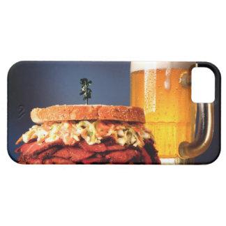 Bocadillo del Pastrami con la taza de cerveza iPhone 5 Carcasa