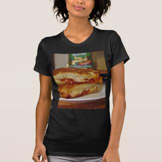 Bocadillos asados a la parrilla del queso camiseta