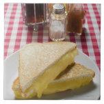 Bocadillos tostados del queso en la placa, vinagre teja cerámica