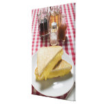 Bocadillos tostados del queso en la placa, vinagre lona estirada galerias