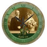 Boda antiguo con monograma del verde del oro del d reloj de pared