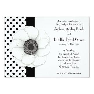 """Boda blanco del lunar del negro de la flor de la invitación 5"""" x 7"""""""