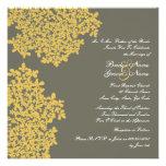Boda cuadrado floral gris y amarillo invitación