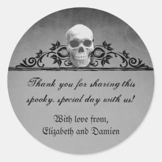 Boda de Halloween del marco del cráneo Etiqueta Redonda