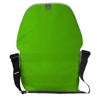 Boda de la parte alta del chica de la verde lima bolsa de mensajería