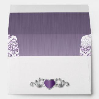 Boda de moda moderno en un damasco púrpura sobre