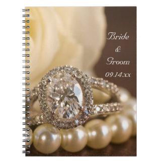 Boda del anillo de diamante oval y del rosa blanco notebook