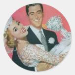 Boda del vintage, novia que lleva del novio, etiquetas redondas