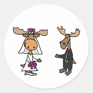 Boda divertido de los alces de novia y del novio pegatina redonda