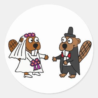 Boda divertido de novia y del novio del castor pegatina redonda