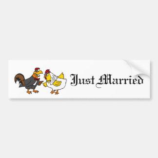 Boda divertido del novio de la novia y del gallo pegatina para auto