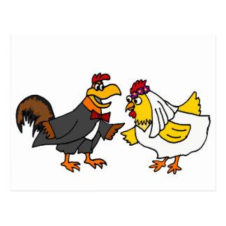 Boda divertido del novio de la novia y del gallo postales