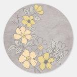Boda floral amarillo y gris del vintage pegatina redonda