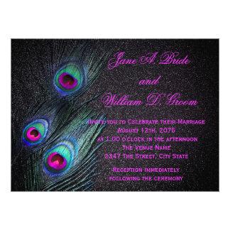 Boda negro elegante del trullo y del pavo real de invitación
