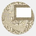 Boda o aniversario del oro con el marco de la foto etiquetas redondas