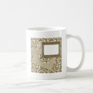 Boda o aniversario del oro con el marco de la foto taza de café
