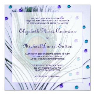 """Boda púrpura de la pluma atractiva del pavo real invitación 5.25"""" x 5.25"""""""