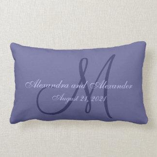 Boda púrpura del monograma cojin