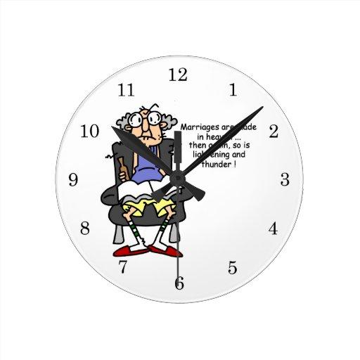 Boda, relámpago, humor del trueno reloj redondo mediano