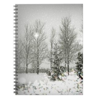 Boda romántico del invierno de los árboles de libretas espirales
