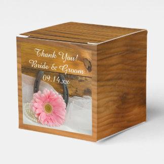 Boda rosado de madera de la margarita y de la caja para regalos