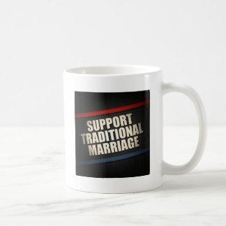 Boda tradicional de la ayuda taza de café