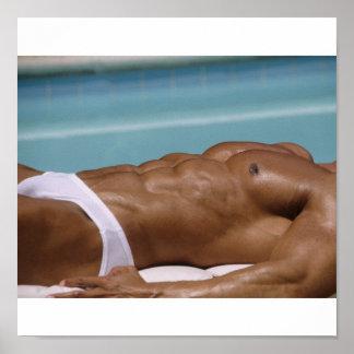 Bodybuilder en el poster de la piscina