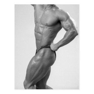 Bodybuilder en la presentación de la postal del ju