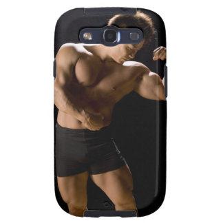 Bodybuilder masculino que dobla los músculos, vist galaxy SIII coberturas
