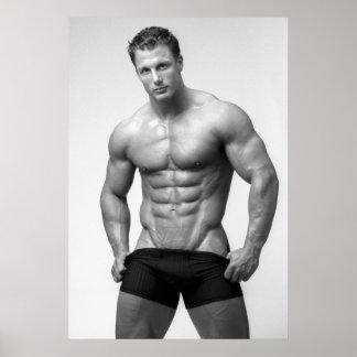 Bodybuilder que muestra el poster del ABS