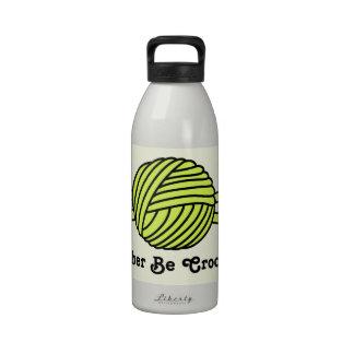 Bola amarilla de los ganchos del hilado y de ganch botella de beber