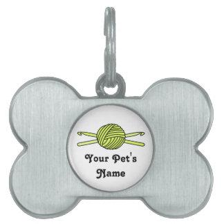 Bola amarilla de los ganchos del hilado y de ganch placa de nombre de mascota