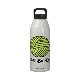 Bola amarilla del hilado y de las agujas que hacen botella de agua