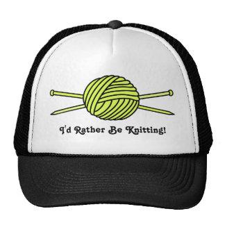 Bola amarilla del hilado y de las agujas que hacen gorra